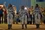 Em seus trajes espaciais, os astronautas saudaram o público que observava cerimônia antes do lançamento