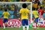 Neymar avança pelo meio, chuta de perna esquerda, a bola vai à trave e entra
