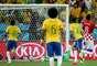 Bola bate na trave, sem chances para o defensor croata