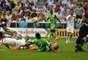 O goleiro Alireza protege a meta iraniana do atacante nigeriano Ahmed Musa. Jogando na Arena da Baixada, em Curitiba, Irã e Nigéria fizeram um jogo fraco tecnicamente, ficaram no 0 a 0 e registraram o primeiro empate do Mundial deste ano.