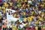Atacante iraniano Dejagah pula para cabecear a bola em partida contra Nigéria na Arena da Baixada