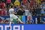 Torcedores do Chile vibram com a vitória de 2 a 0 contra a Espanha, em jogo no Maracanã nesta quarta-feira. O resultado eliminou a Espanha da Copa do Mundo.