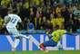 Costly penetra na área e chuta forte para vencer Domínguez, abrindo o placar para Honduras