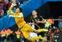 Goleiro da Coreia do Sul, Kim Seung-Gyu, faz importante defesa, diante dos olhos do jogador da Bélgica, Jan Vertonghen