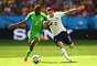Musa e Debuchy disputam bola durante jogo entre França e Nigéria
