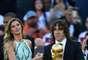 O troféu da Copa do Mundo foi exibido minutos antes do apito inicial da final do torneio entre Alemanha e Argentina, neste domingo, no Maracanã. Ele foi levado por Carles Puyol, figura de destaque da seleção espanhola campeã mundial na África do Sul 2010, e pela modelo brasileira Gisele Bündchen