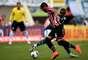 Álvaro Pereira tenta escapar da marcação no meio de campo; primeiro tempo foi muito truncado no Serra Dourada