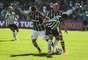 Fábio Santos e Petros trabalham para tirar bola de Dudu