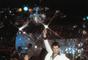 """Quem não sente vontade de cair na pista ao som de """"Stayin Alive"""". A música se tornou ícone nos anos 70, quando Jonh Travolta viveu Tony Manero em """"Nos Embalos de Sábado à Noite"""", de John Badham. O vendedor de tintas do Brooklin apaixonado por disco music criou coreografias emblemáticas para vencer um concurso de dança."""