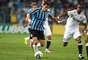 Giuliano tenta criar uma jogada ofensiva para o Grêmio