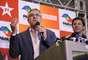 O candidato ao governo de São Paulo, Alexandre Padilha, concede entrevista coletiva ao lado do prefeito de São Paulo, Fernando Haddad, após o resultado das eleições em um hotel na Alameda Santos em São Paulo