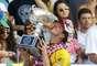 Medina beija taça de campeão mundial; primeiro brasileiro a conseguir feito