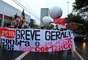 Manifestantes fecharam a avenida Nações Unidas, na zona sul de São Paulo