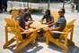 Atletas jogam dominó durante tarde na Vila