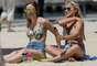 Praia urbana em Toronto conta com belas de biquíni tomando sol em meio a parentes de velejadores na torcida por medalha de ouro nos Jogos Pan-Americanos de 2015