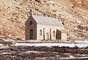 Em sua encosta, há uma pequena igreja inalcançável devido ao perigo da travessia