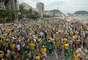 Protesto pede o impeachment da presidente do Brasil, Dilma Rousseff, em Copacabana no Rio de Janeiro, RJ, neste domingo (13).