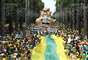 Protesto pede o impeachment da presidente do Brasil, Dilma Rousseff, na Praça da Liberdade em Belo Horizonte, MG, neste domingo (13).