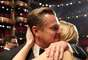 DiCaprio ganha Oscar e comemora com Kate Winslet