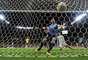 Suarez comemora seu gol contra o Brasil na Arena Pernambuco