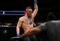 Conor McGregor posa com um cinturão em cada ombro antes do UFC 205
