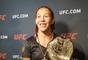 Cris Cyborg ostenta cinturão peso pena feminino do UFC