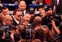 Conor McGregor e Floyd Mayweather se cumprimentam no ringue após luta de dez rounds