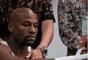Floyd Mayweather tem bandagem preparada antes de luta com McGregor