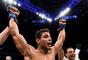Paulo Borrachinha comemora a vitória contra Johny Hendricks no UFC 217