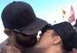 Ronda Rousey e Travis Browne se beijam em vídeo