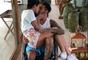 Em cadeira de rodas, Neymar publicou foto com a namorada, Bruna Marquezine, no colo nesta sexta-feira, 2 de março de 2018