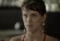 Clara (Bianca Bin) diz a Lívia (Grazi Massafera) que Renato (Rafael Cardoso) gosta de Tomaz (Vitor Figueiredo) de verdade, na novela 'O Outro Lado do Paraíso'