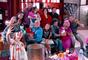 Junto de alguns amigos, a família Lários comemora a chegada de Olívia, Alice e Vicente, filhos de Estefânia (Priscila Sol) e Vitor (Thiago Mendonça) no capítulo que vai ao ar sexta-feira, dia 25 de maio de 2018, na novela 'Carinha de Anjo'