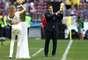 Ex-goleiro da seleção espanhola Iker Casillas mostra a taça da Copa do Mundo na cerimônia de abertura