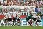 Miguel Layun cobra falta por cima do gol alemão