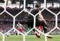 O goleiro da Polônia Szczesny tenta se recuperar do desvio de Cionek, mas não consegue: gol de Senegal