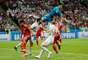 Goleiro Alireza Beiranvand faz defesa entre Diego Costa e Iniesta