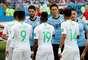 Jogadores uruguaios e sauditas se cumprimentam antes do início do jogo