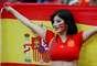 Torcedora espanhola ergue a bandeira da sua nação durante o jogo entre Espanha e Irã, pelo Grupo B
