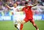 Lichtsteiner e Kostic disputam a bola em Sérvia x Suíça