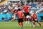 Javier Hernandez disputa bola pelo alto com a defesa sul-coreana