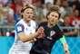 Modric e Bjarnason, machucado, disputam a bola