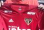 No detalhe, a nova camisa de treino do São Paulo, que custará R$ 189,90