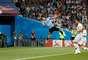 Cavani cabeceia e abre o placar para o Uruguai