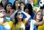Torcedora leva as mãos à cabeça enquanto torce pelo Brasil