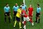 Capitães Granqvist e Behrami se cumprimentam antes do jogo entre Suécia e Suíça