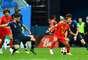 Hazard domina a bola e Giroud tenta interceptar