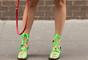No outono/inverno, o neon pode aparecer nas sandálias combinando com moletom para um look despojado