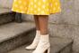 A bota branca garante um look romântico e retrô com saia midi no outono