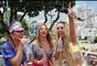 Loren Improta e Sheila Mello agitam foliões em trio elétrico do carnaval baiano